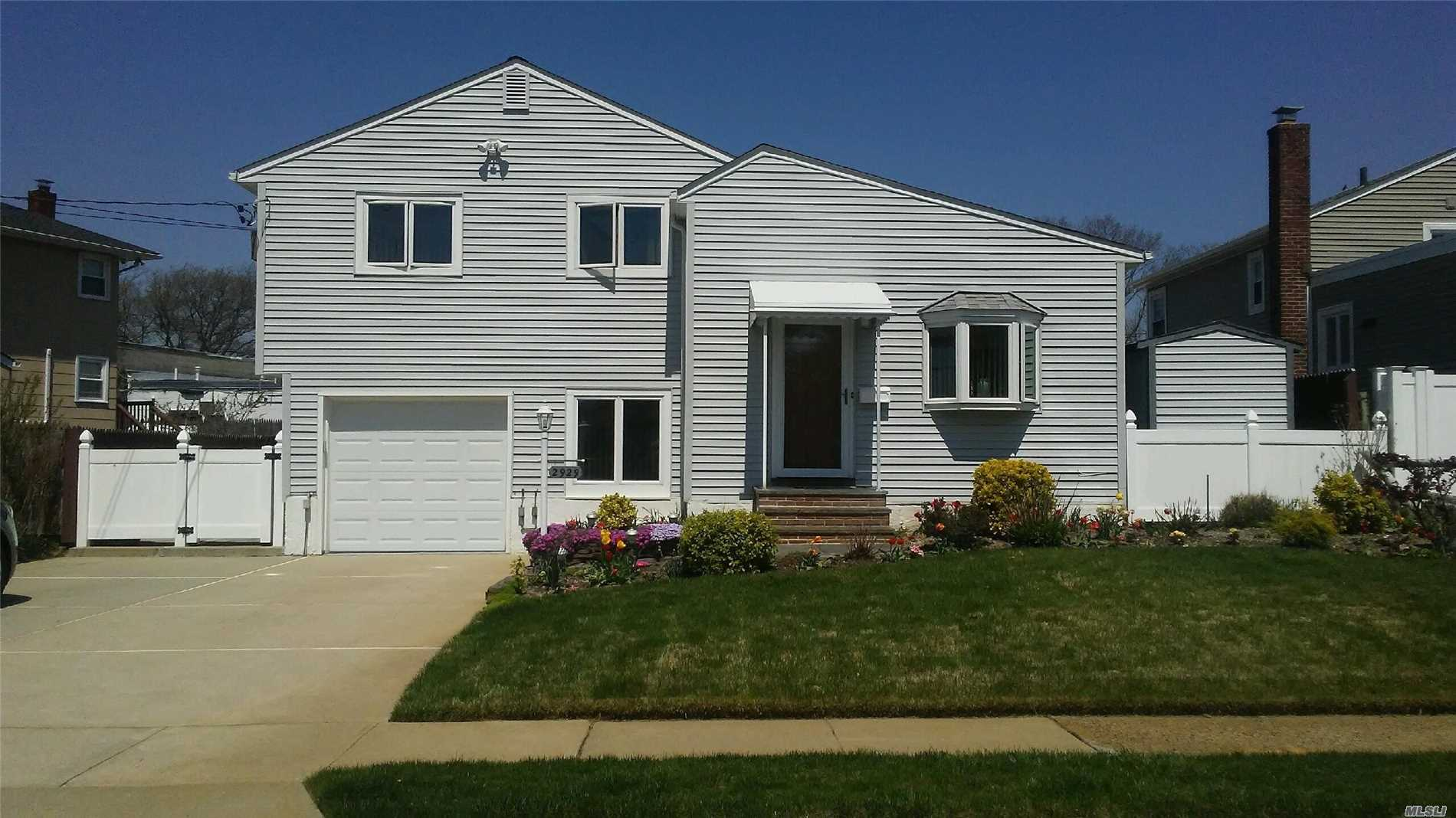 Photo of home for sale at 2929 Bellport Ave, Wantagh NY