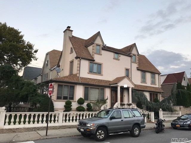 Photo of home for sale at 82nd Pl, Middle Village NY