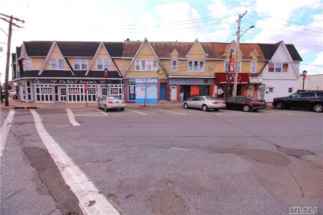 Photo of home for sale at 6 Davison Plz, East Rockaway NY