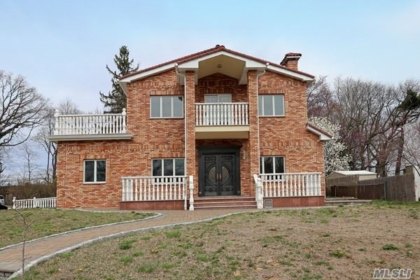 Photo of home for sale at 82 Rushmore Ave, Roslyn Heights NY