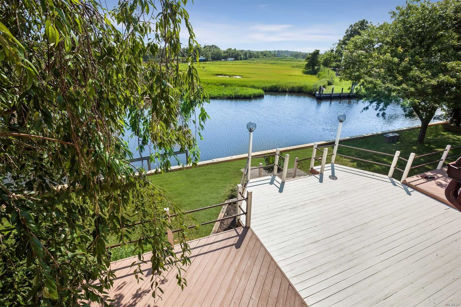 Photo of home for sale at 700 Tower Mews, Oakdale NY