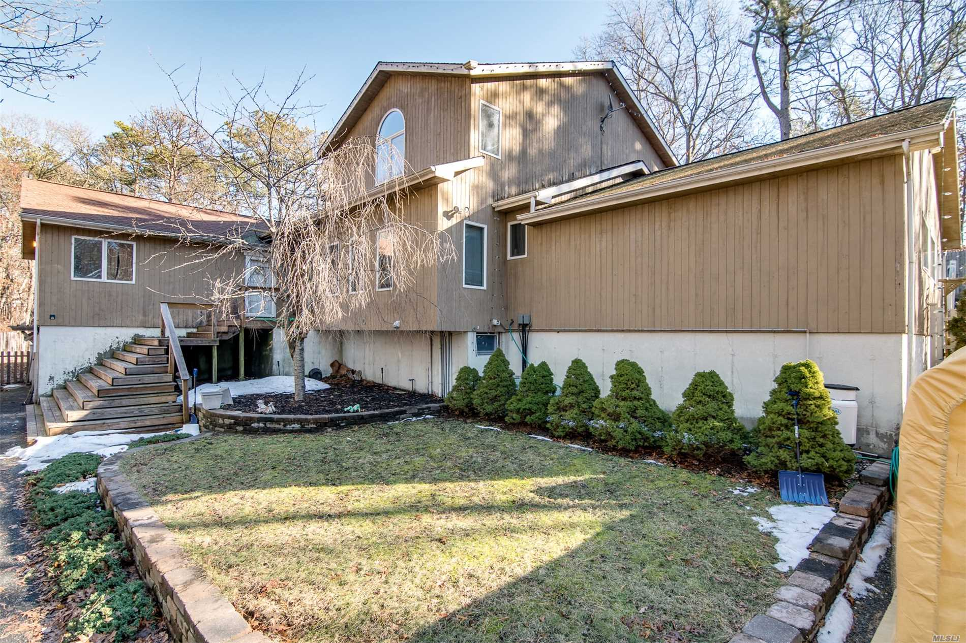 Photo of home for sale at 148 River Rd, Shirley NY
