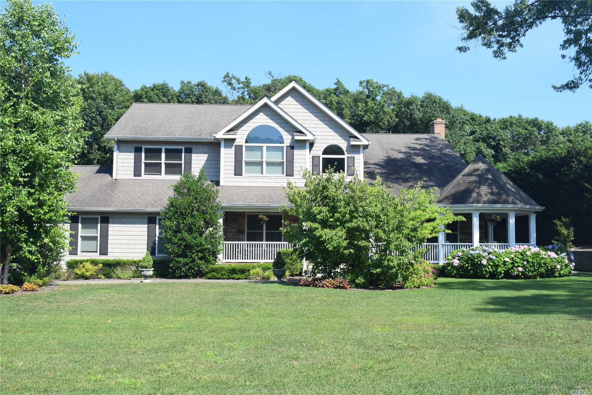 Photo of home for sale at 4 Kellie Ct, Northport NY
