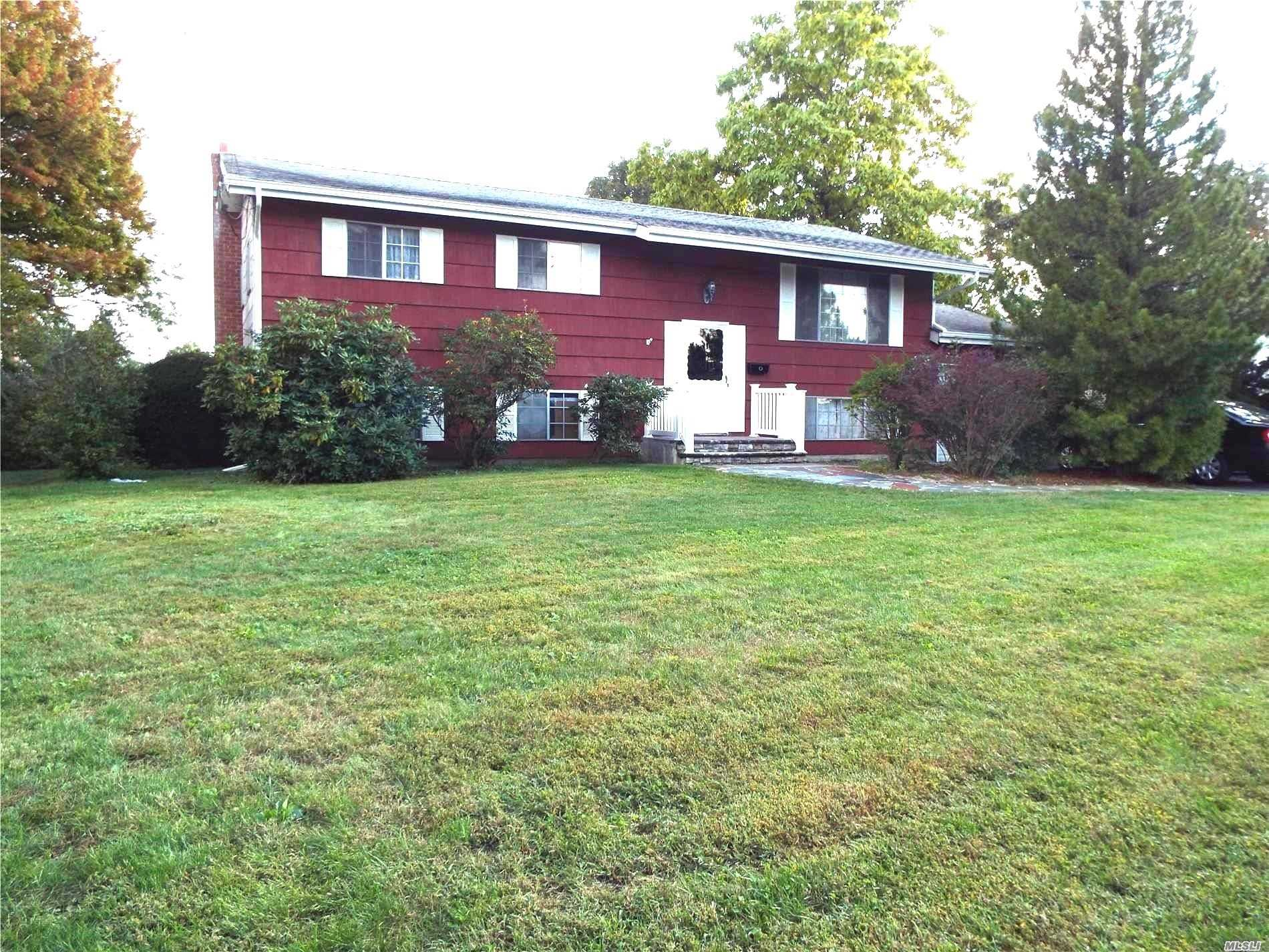 Photo of home for sale at 21 Foxwood Dr, Wheatley Heights NY