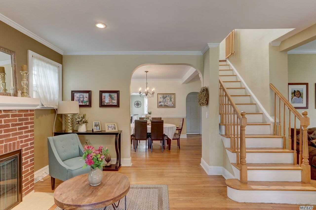 Photo of home for sale at 76 Cedar Ave, Rockville Centre NY
