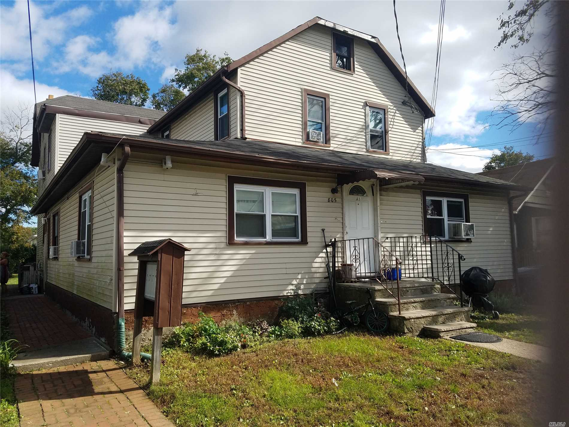 Photo of home for sale at 805 Fullerton Ave, Uniondale NY