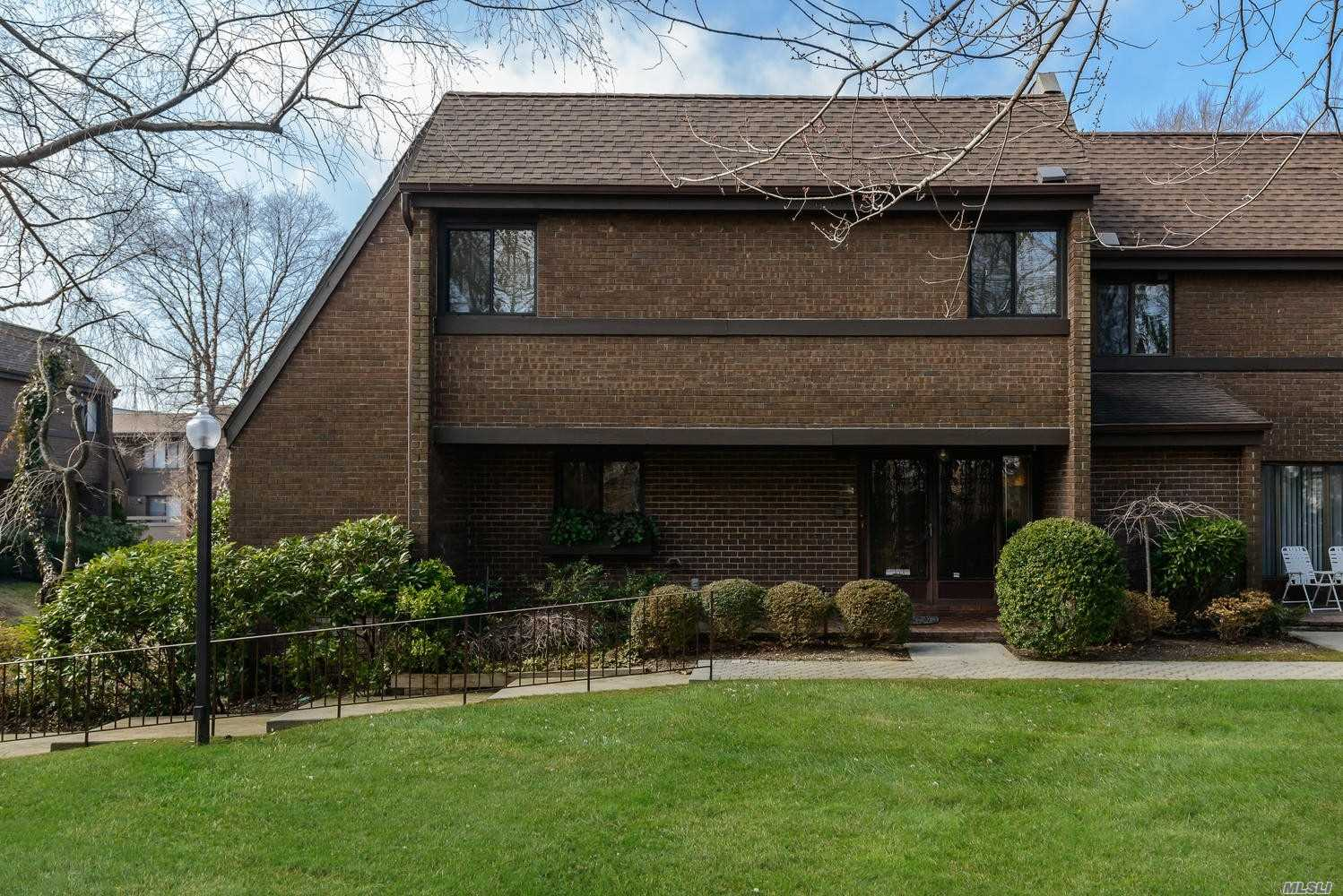Photo of home for sale at 68 Pheasant Run, Roslyn NY