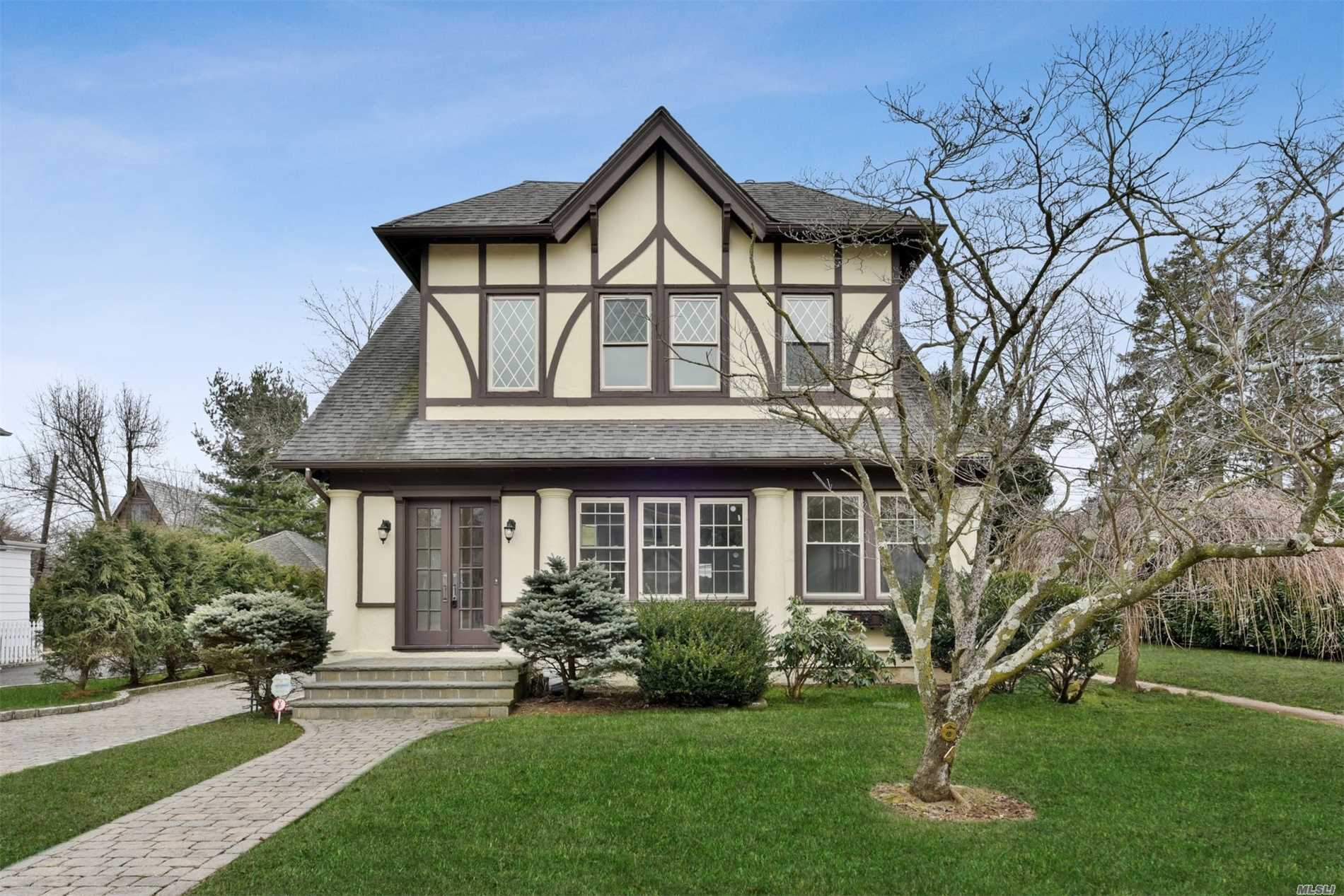 Photo of home for sale at 64 Garden St, Garden City NY