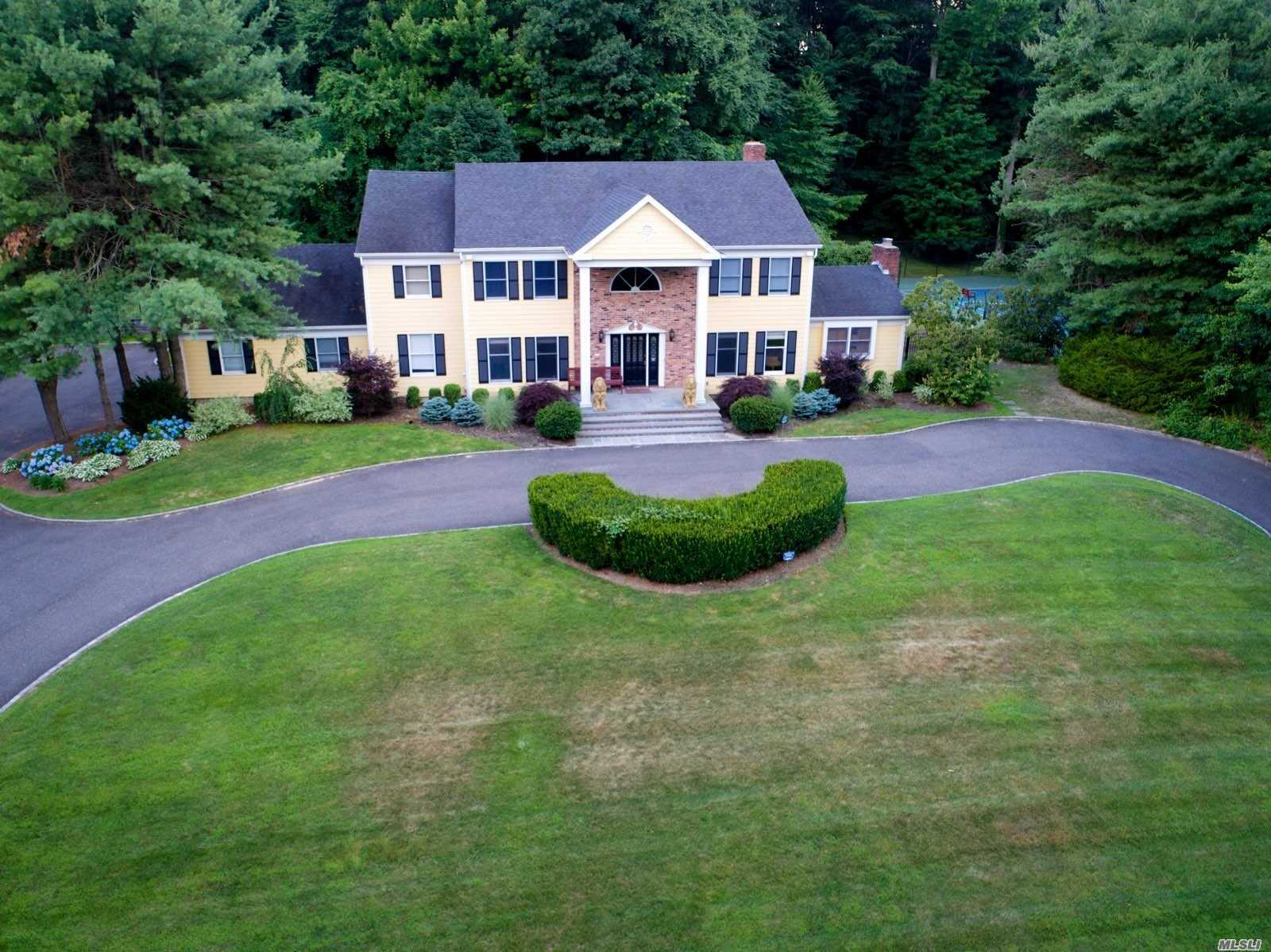 Photo of home for sale at 28 Sherwood Gate, Oyster Bay NY