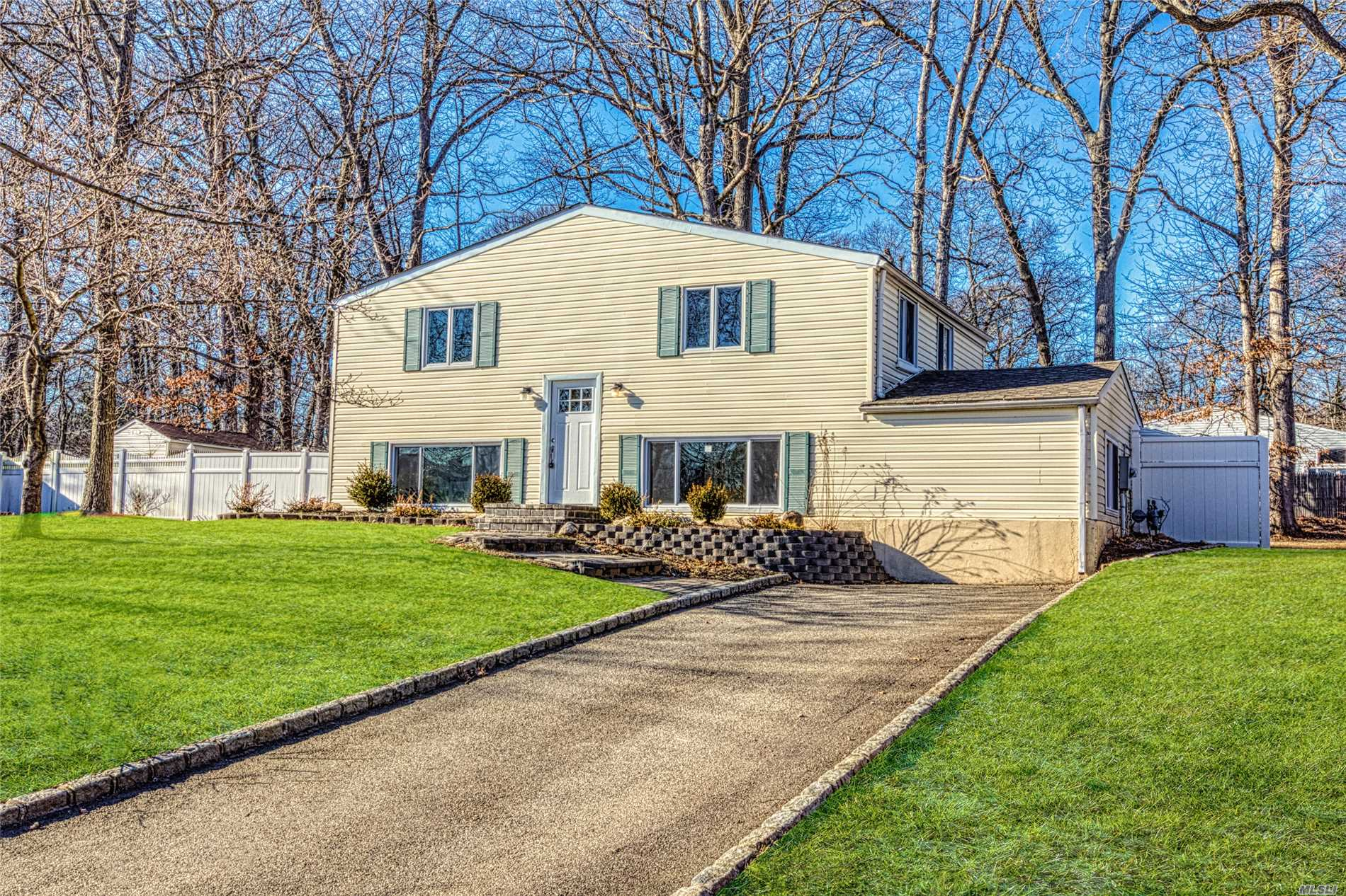 Photo of home for sale at 40 Ivy League Ln, Stony Brook NY