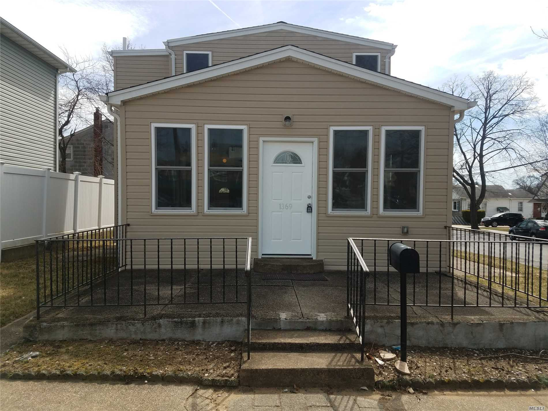 Photo of home for sale at 1369 Kiefer Ave, Elmont NY