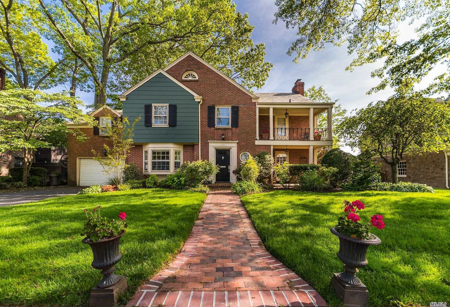 Photo of home for sale at 20 Arrandale Rd, Rockville Centre NY