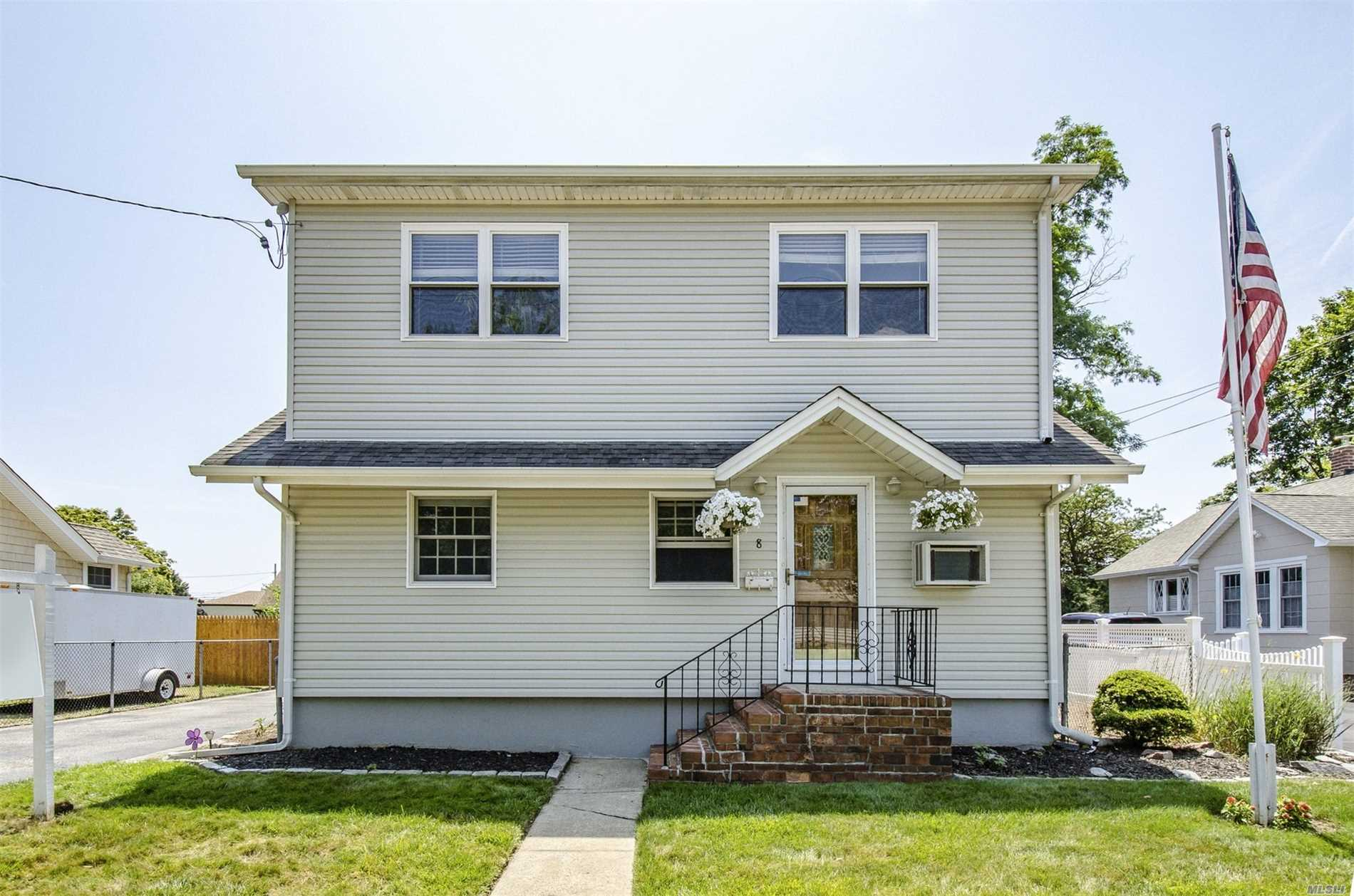Photo of home for sale at 8 Walnut Ave, Farmingdale NY
