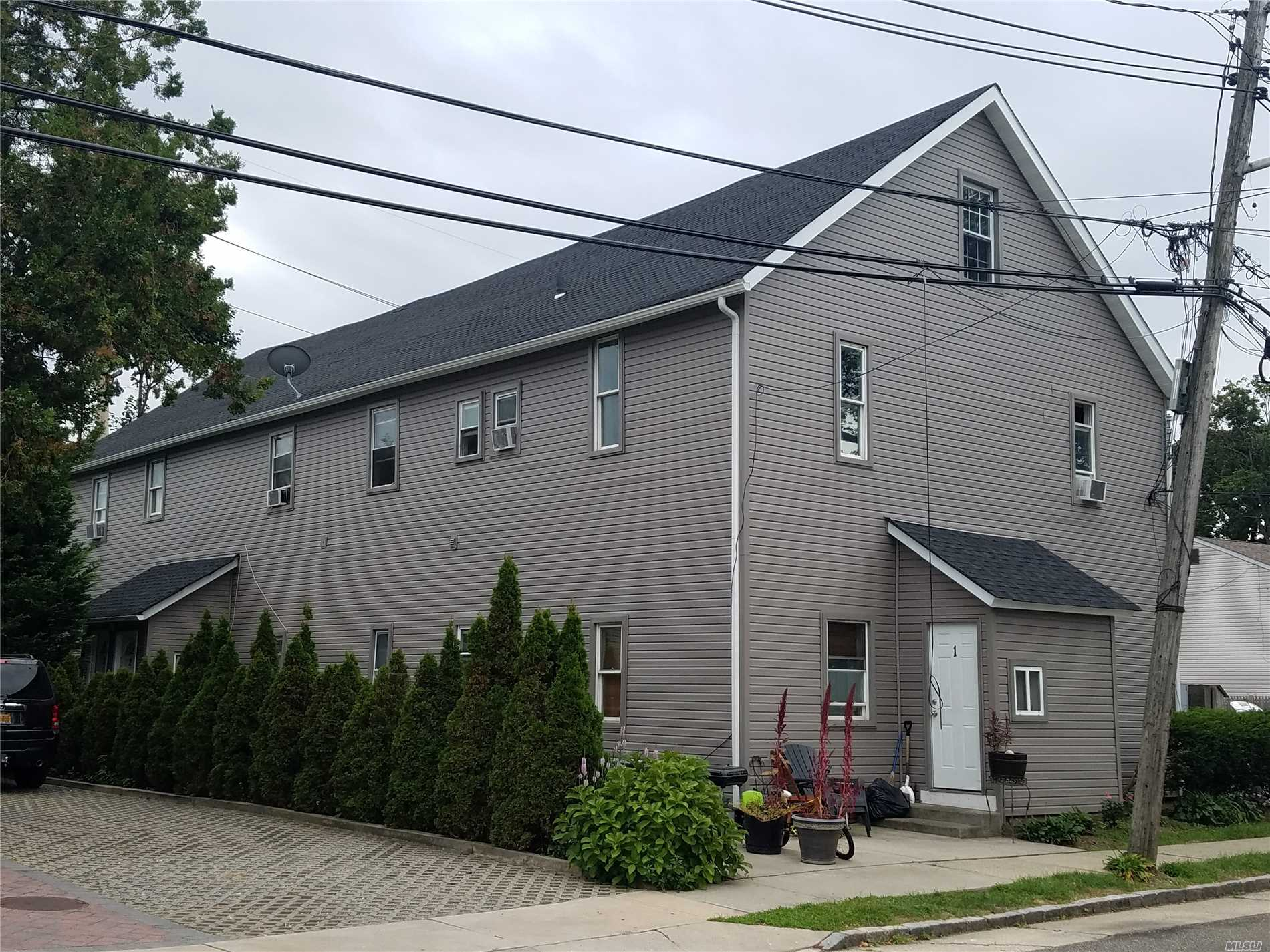 Photo of home for sale at 1120 Broadway, Westbury NY