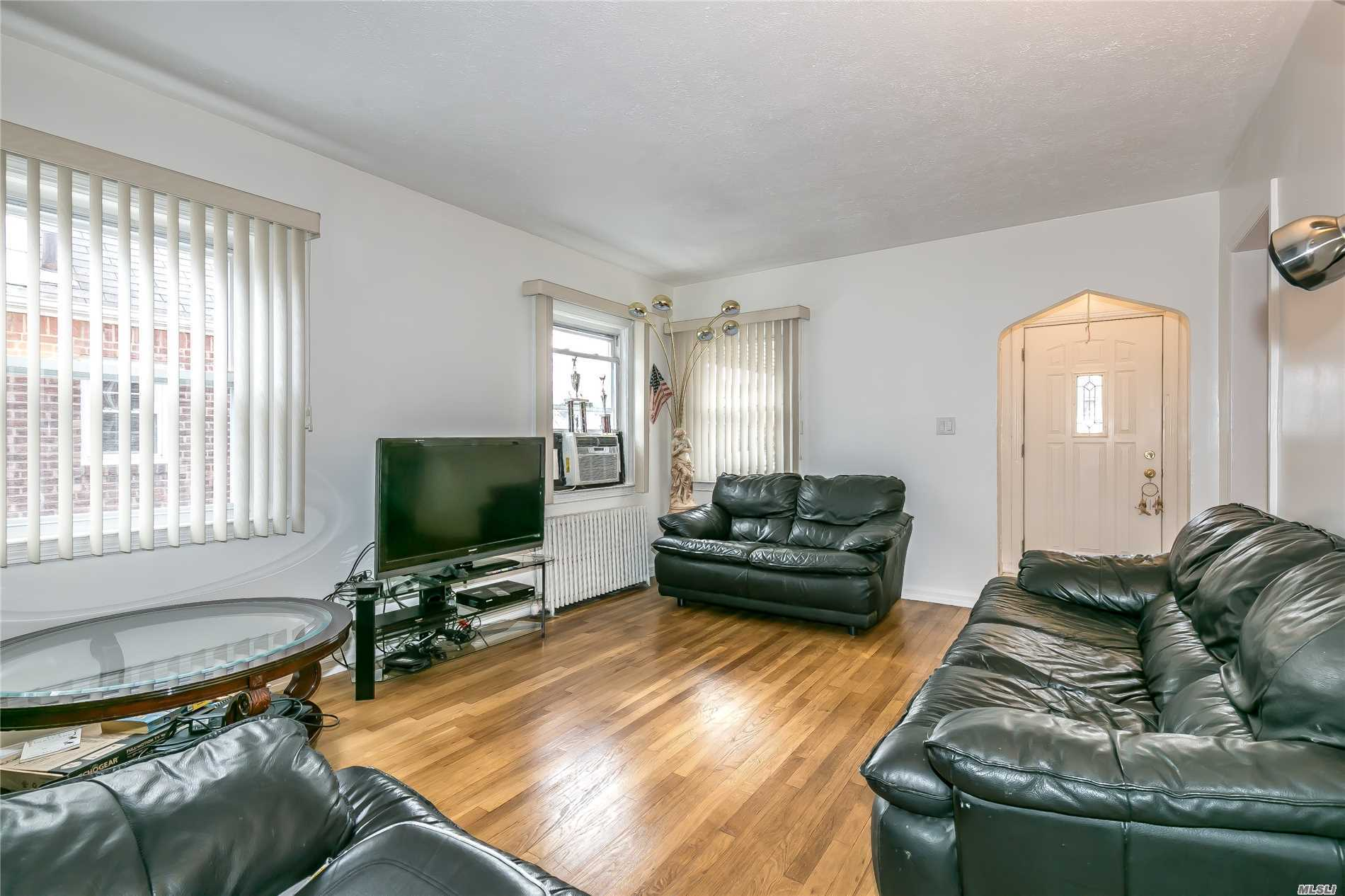 Photo of home for sale at 532 3rd St N, New Hyde Park NY