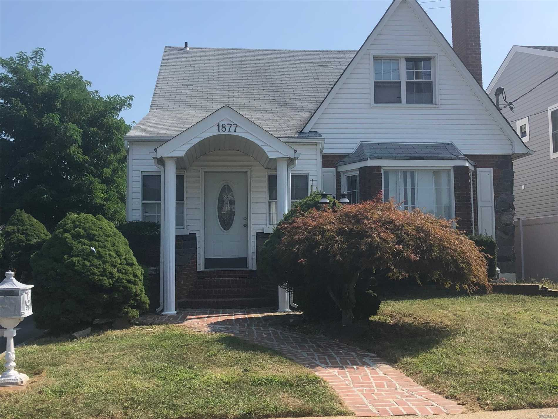 Photo of home for sale at 1877 New York Ave, North Bellmore NY