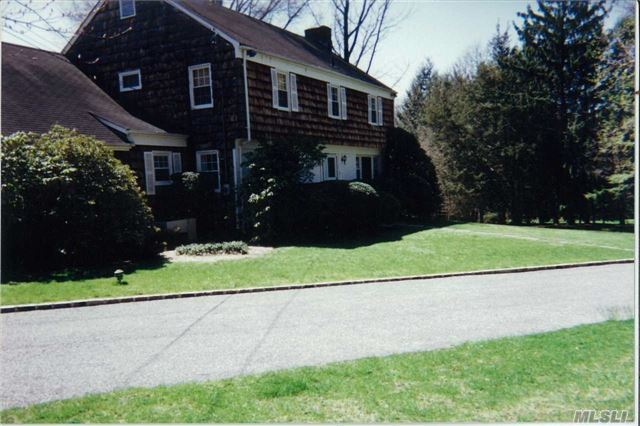 Photo of home for sale at 1065 Friendly Road, Upper Brookville NY