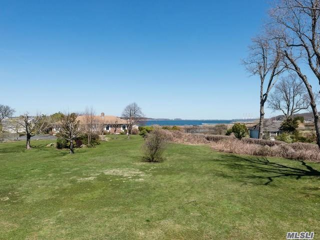 Photo of home for sale at 14 Beaux Arts Ln, Huntington Bay NY