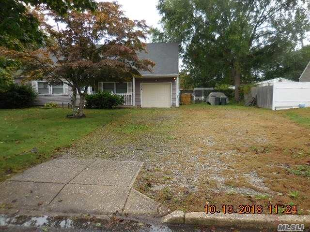 Photo of home for sale at 16 Torrey Pine Ln, Medford NY