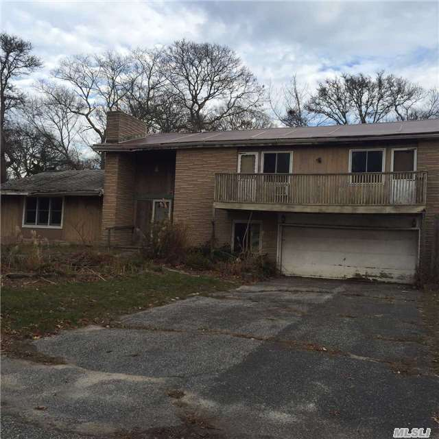 Photo of home for sale at 7 Laurel St, Mastic Beach NY