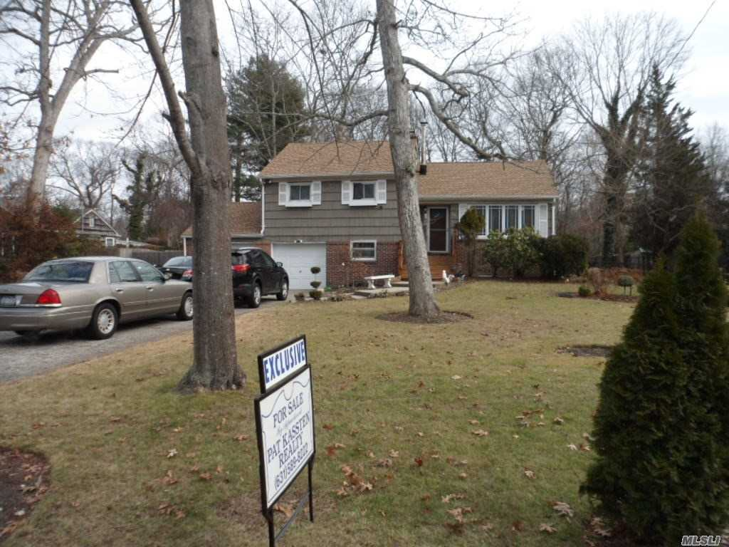 Photo of home for sale at 35 Edgewood Ave, Oakdale NY