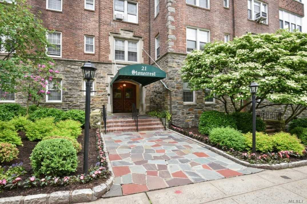 Photo of home for sale at 21 North Chatsworth Ave, Larchmont NY