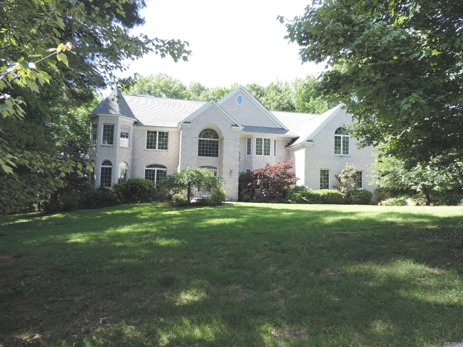 Photo of home for sale at 1 Pitch Pine Ct, Fort Salonga NY