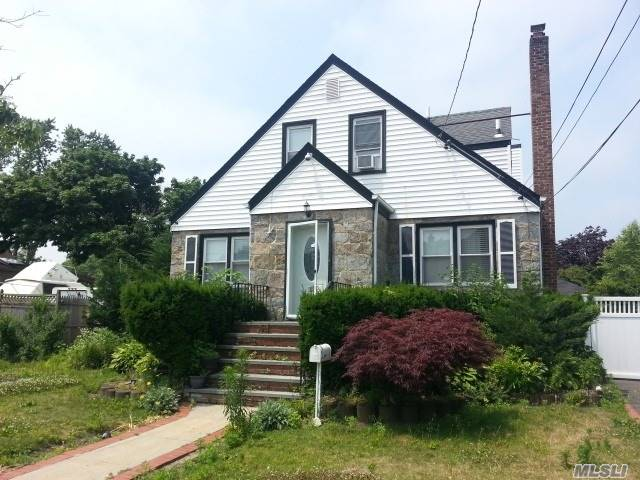 Photo of home for sale at 2616 End Ave W, Baldwin NY