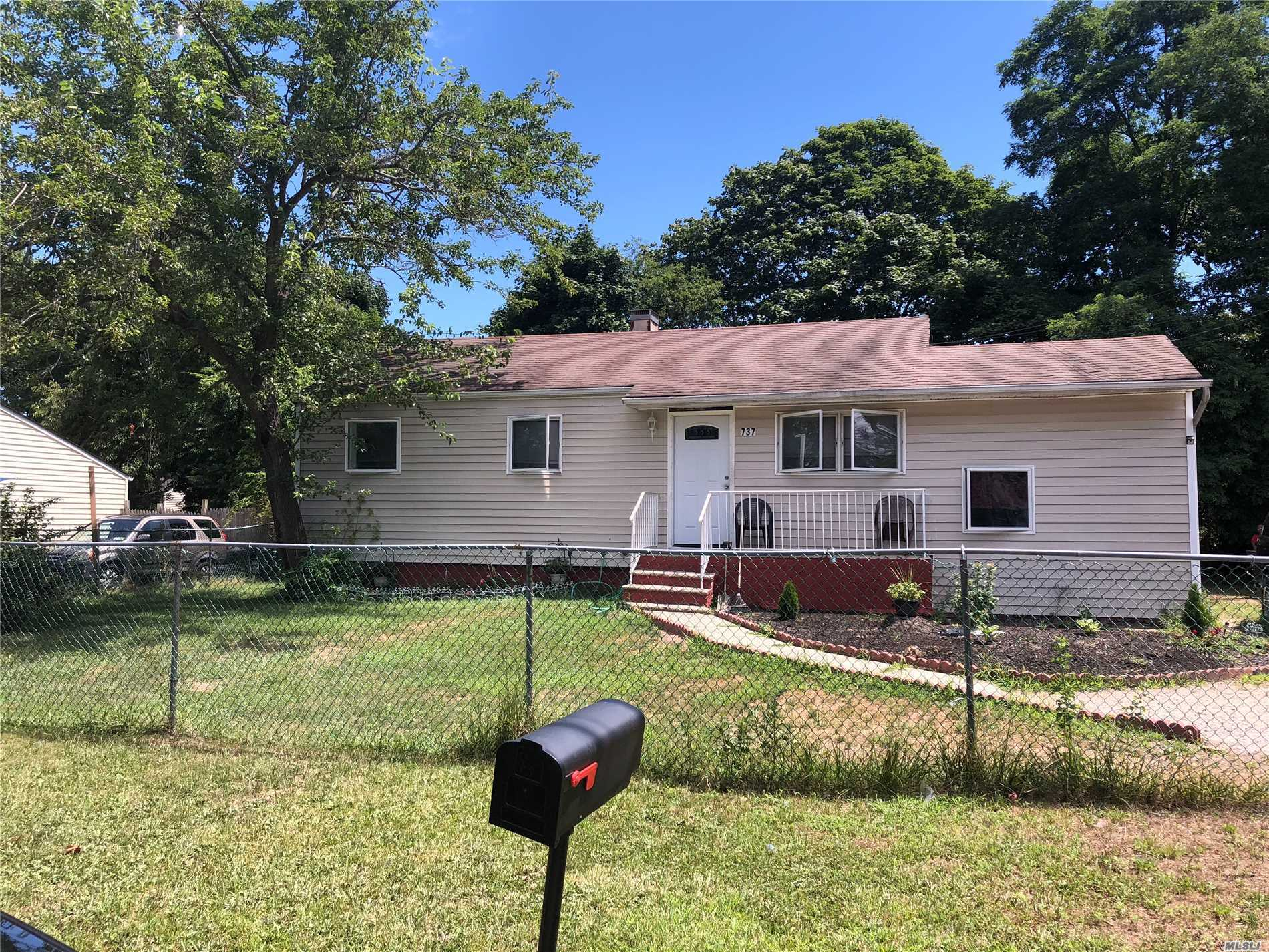 Photo of home for sale at 737 Hoffman Ave, Bellport NY