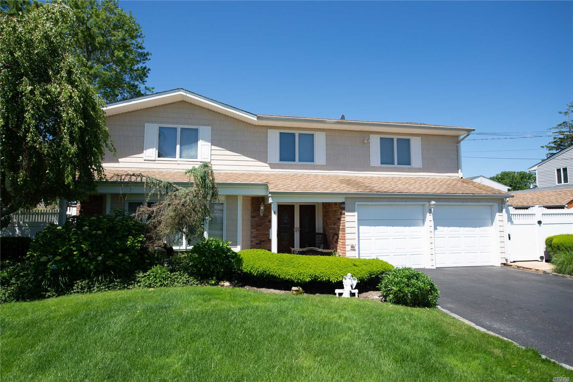 Photo of home for sale at 138 Cedar Point Dr, West Islip NY