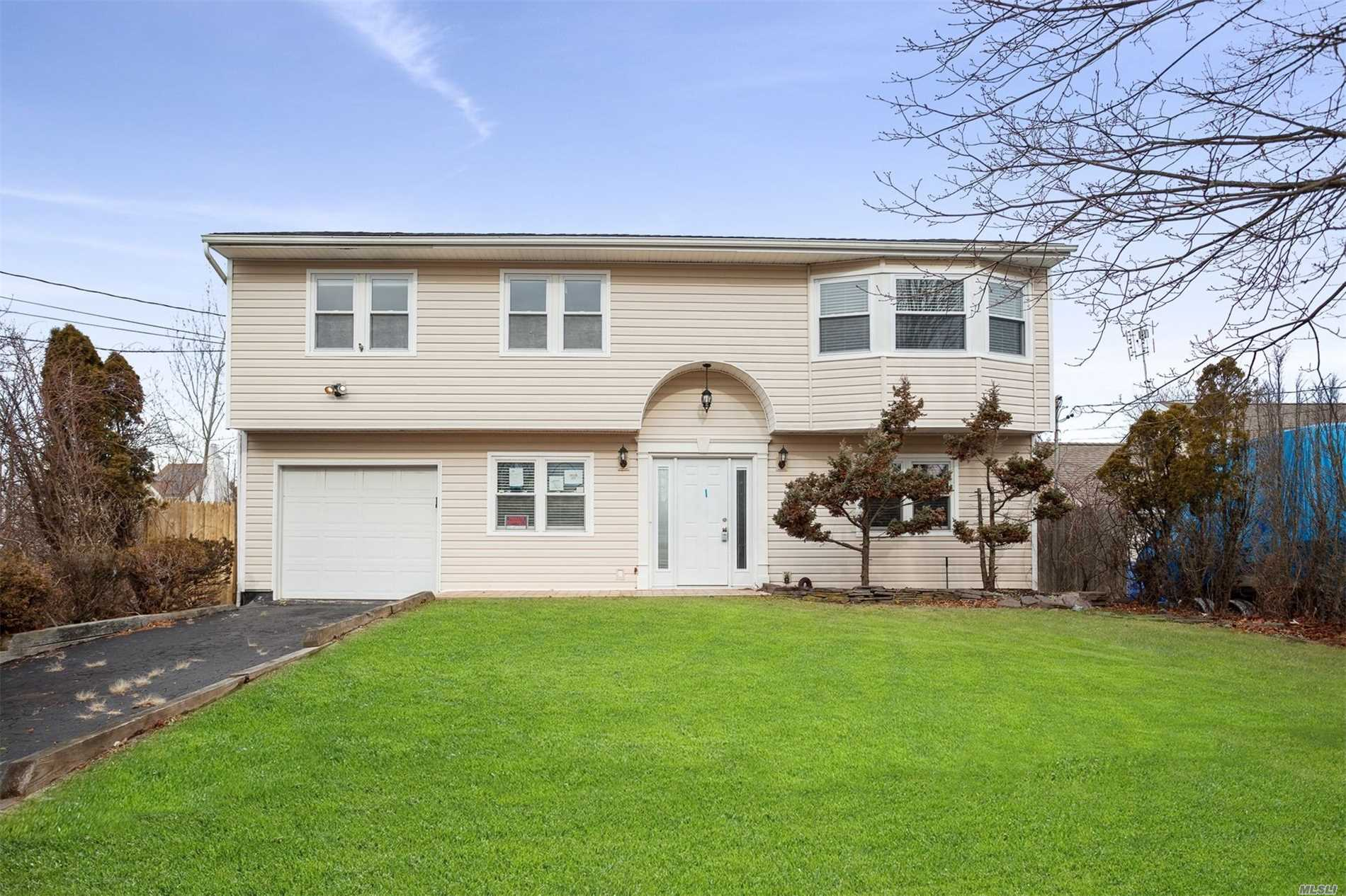 Photo of home for sale at 19 Fairlawn Ct, Shirley NY