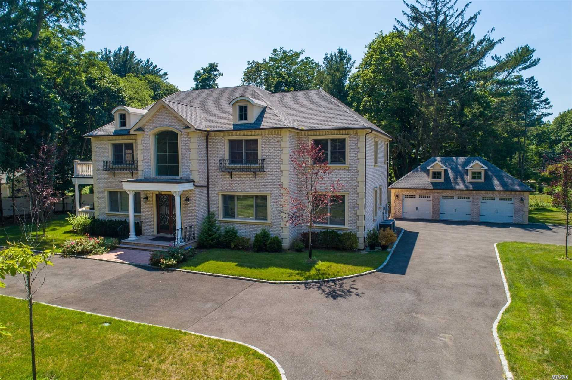 Photo of home for sale at 595 Motts Cove South, Roslyn Harbor NY