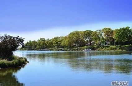 Photo of home for sale at 580 Luptons Point Rd, Mattituck NY