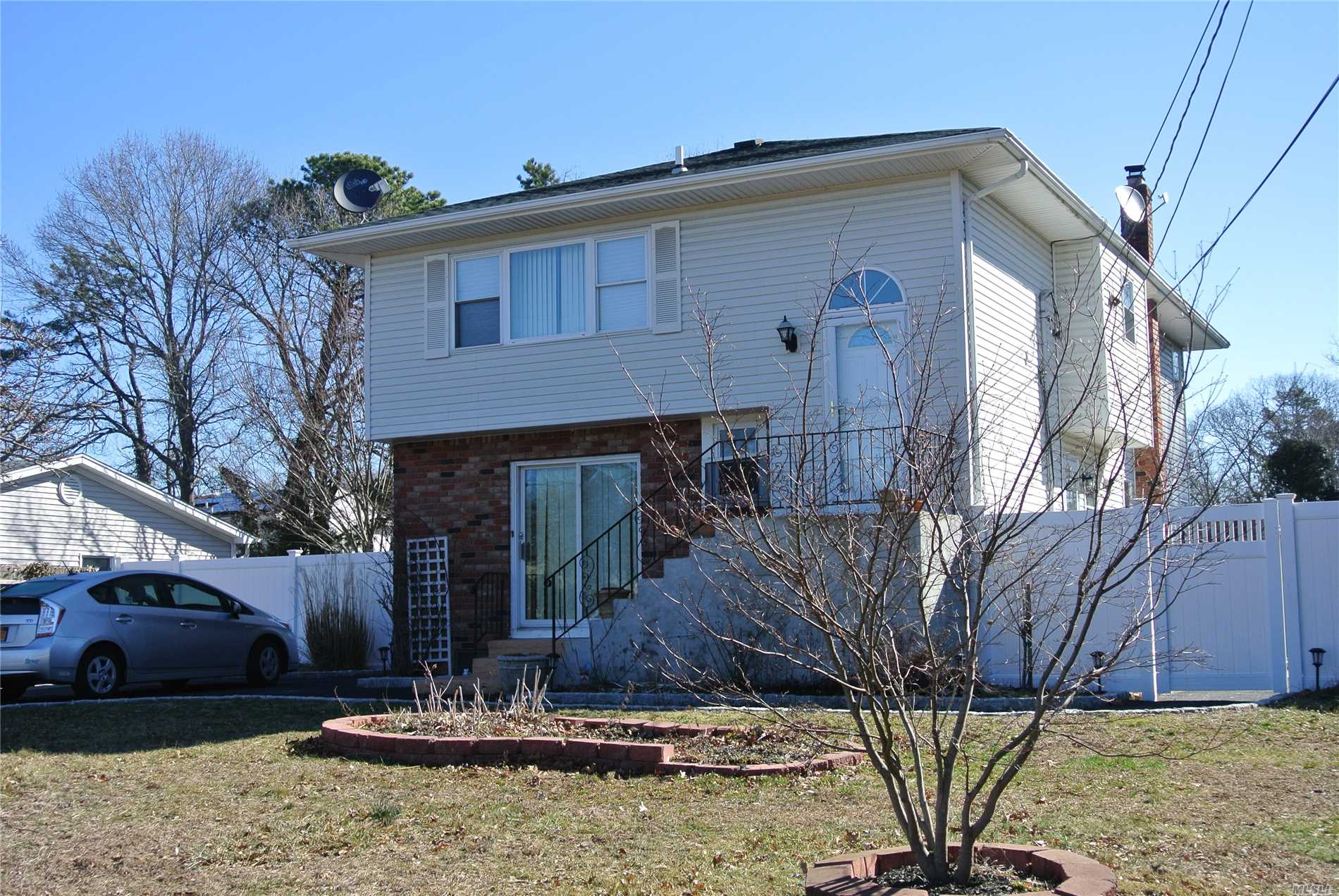 Photo of home for sale at 147 Margin Dr E, Shirley NY