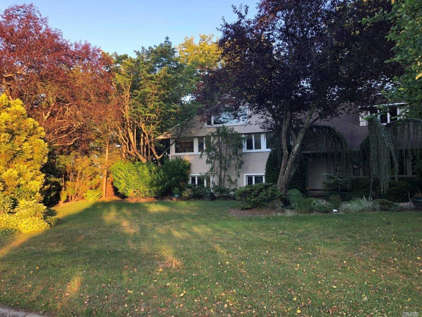 Photo of home for sale at 245 Pepperidge Rd, Hewlett NY