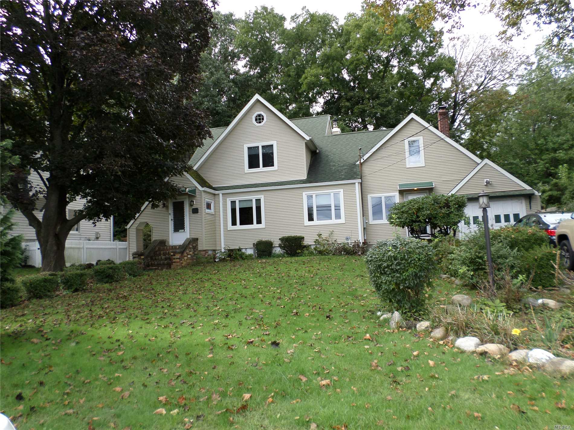 Photo of home for sale at 82 Ellis Ave, Northport NY