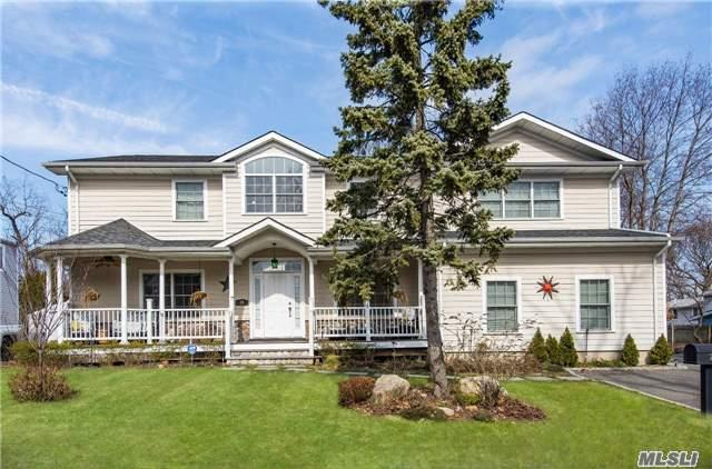 Photo of home for sale at 25 Wansor Ave, Bayville NY