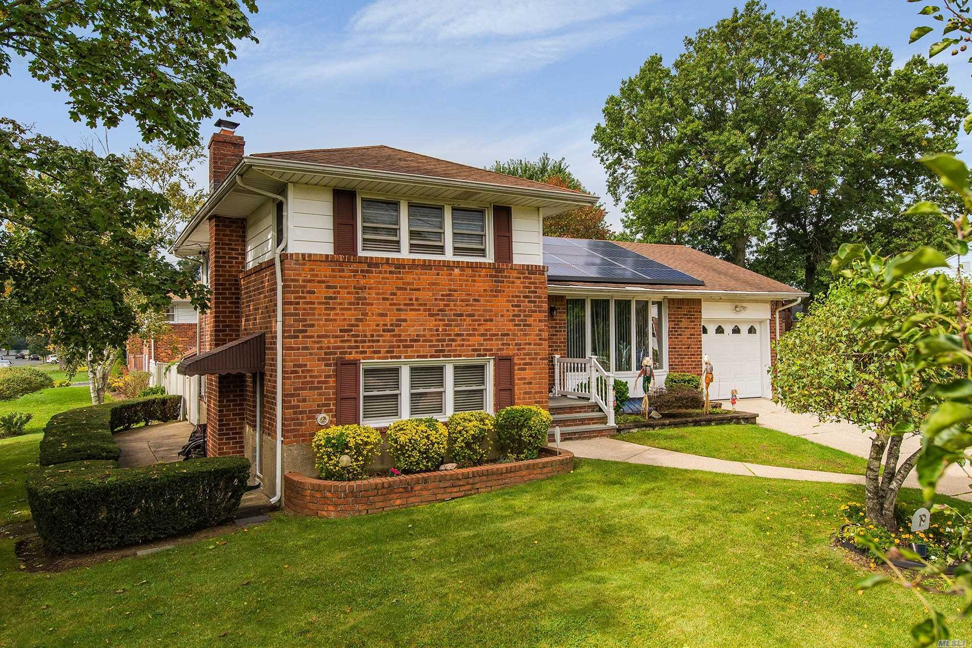 Photo of home for sale at 19 Fairlawn Dr, Deer Park NY