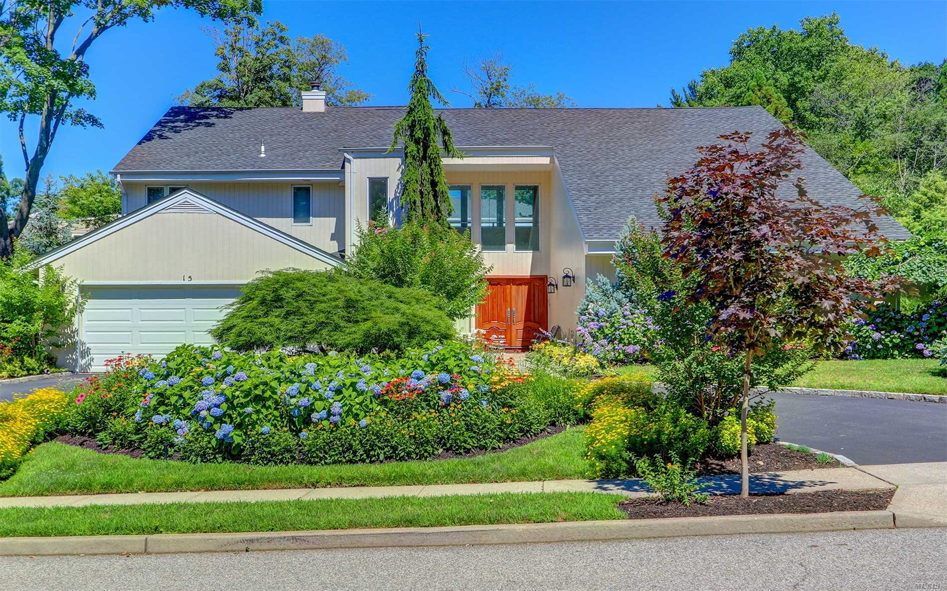 Photo of home for sale at 15 Shadetree Ln, Roslyn Heights NY