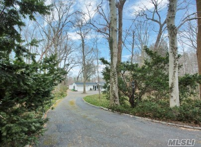 Photo of home for sale at 2 Eden Roc Dr, Lattingtown NY