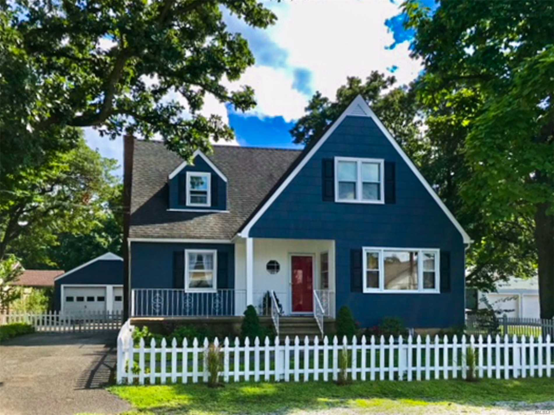 Photo of home for sale at 8 2nd Ave, Bayville NY