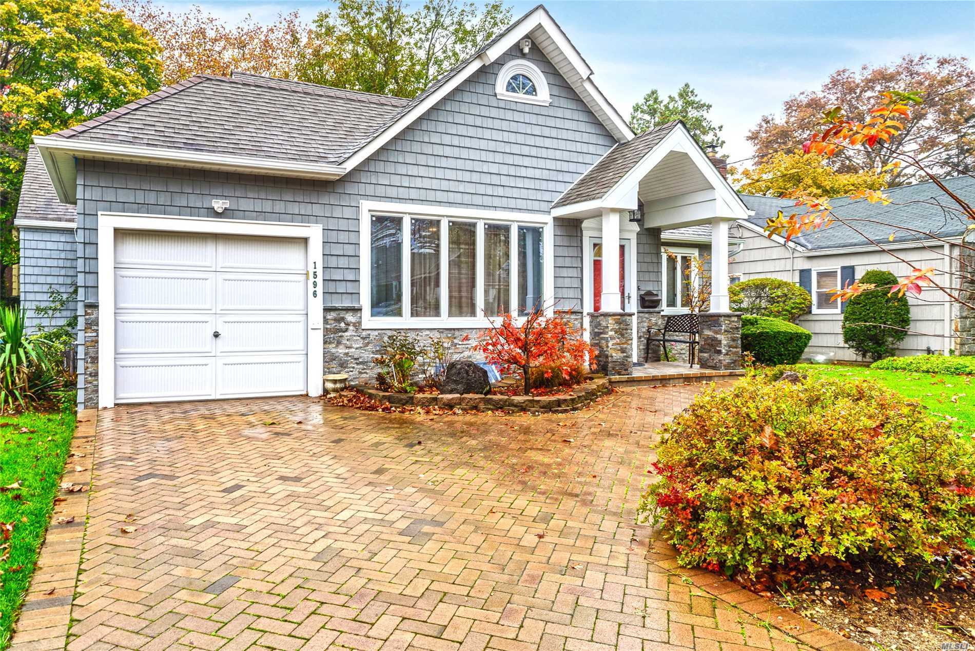 Photo of home for sale at 1596 Hereford Rd, Hewlett NY