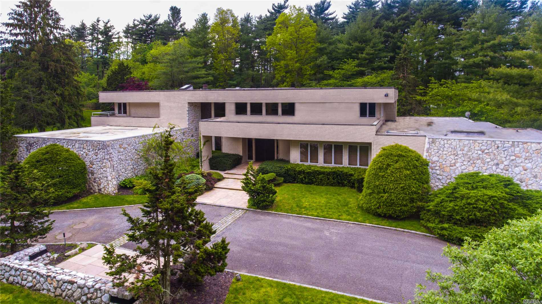 Photo of home for sale at 2 Partridge Ln, Old Westbury NY