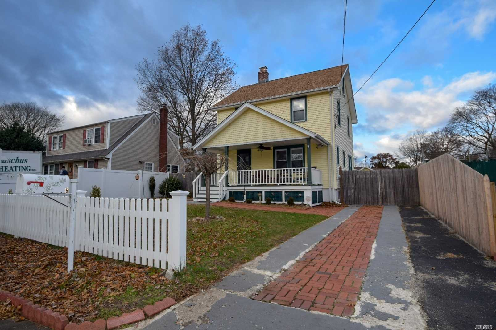 Photo of home for sale at 5 Grange St, Huntington NY