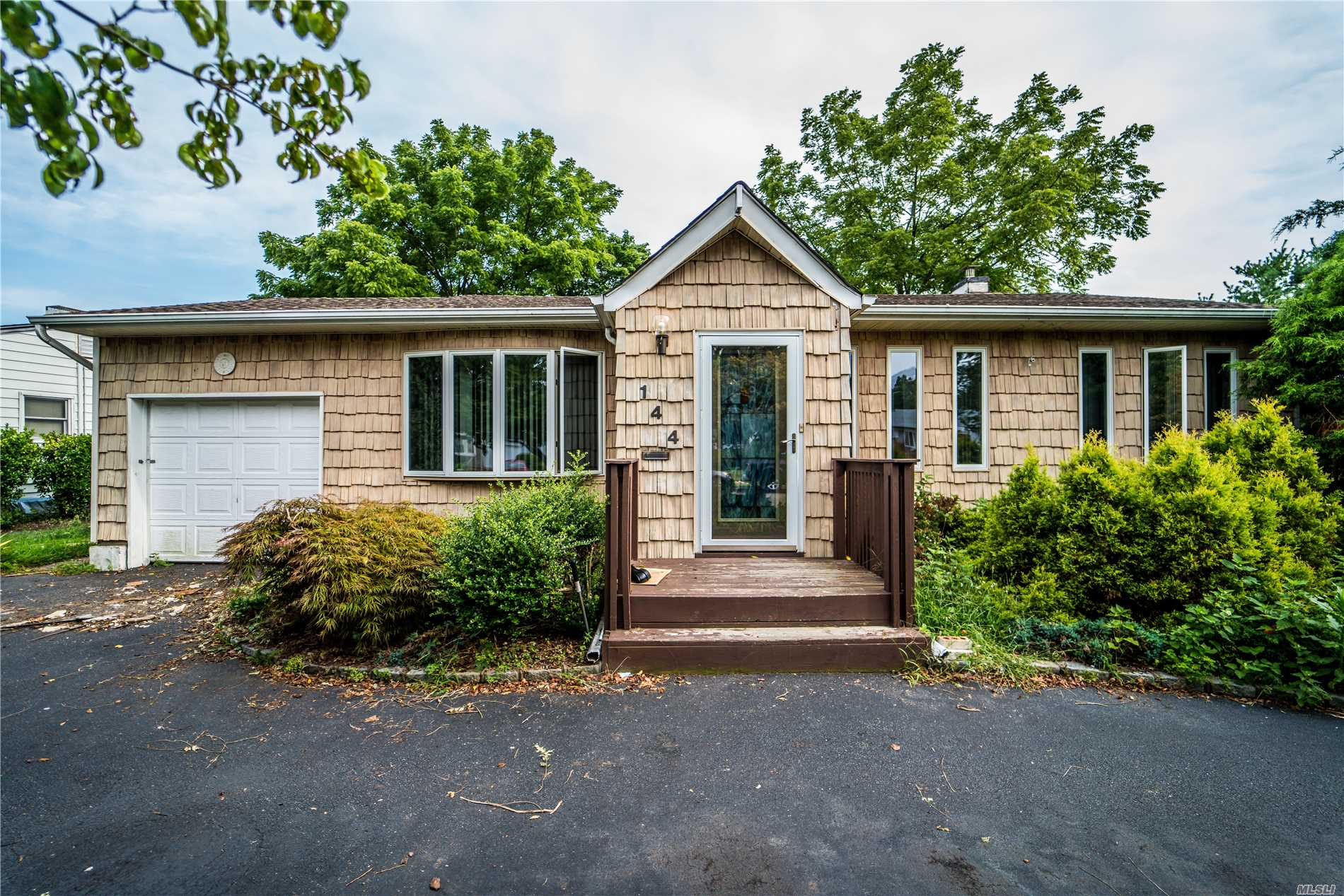 Photo of home for sale at 144 Myers Ave, Hicksville NY