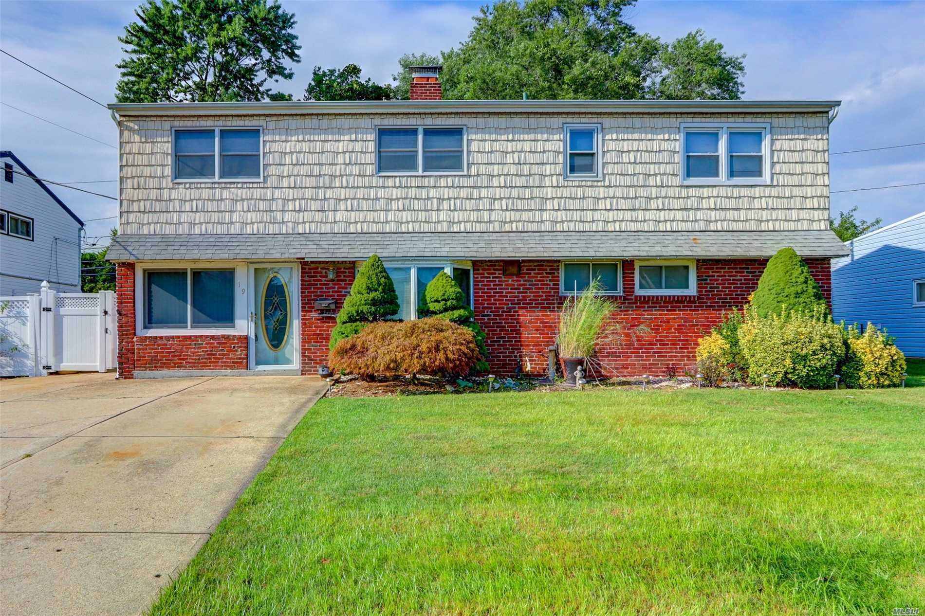 Photo of home for sale at 19 Friendly Rd, Hicksville NY