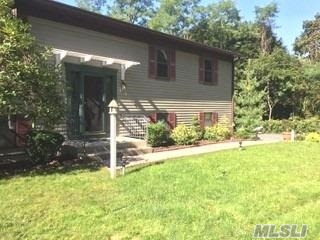Photo of home for sale at 17 Harriet Ln, Huntington NY