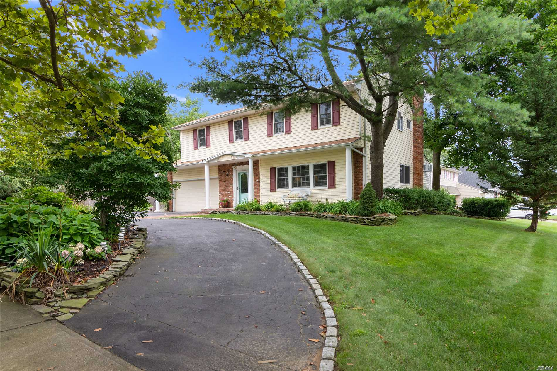 Photo of home for sale at 2 Bonnie Gate, Kings Park NY