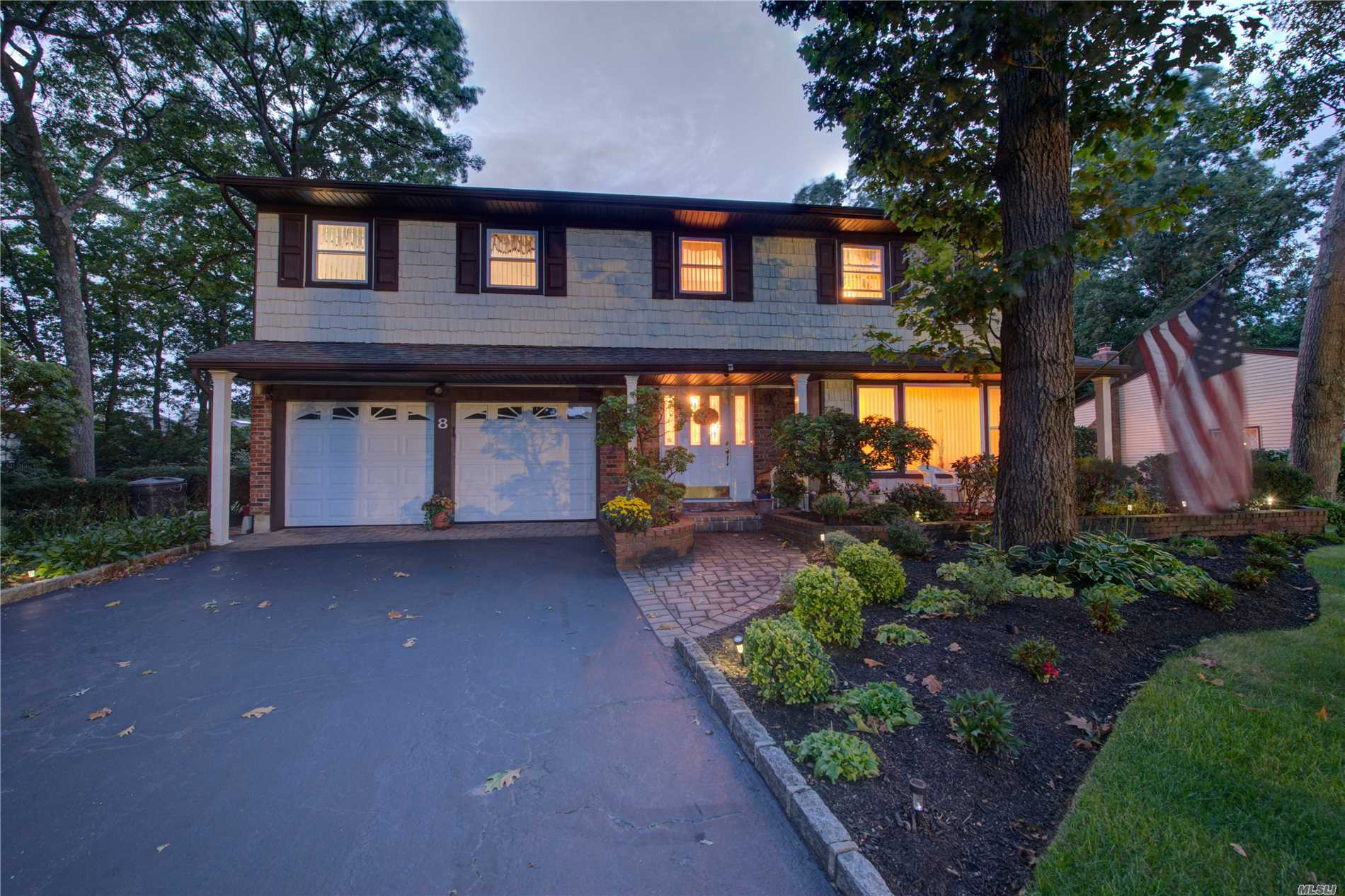 Photo of home for sale at 8 Old Landers Ct, Smithtown NY