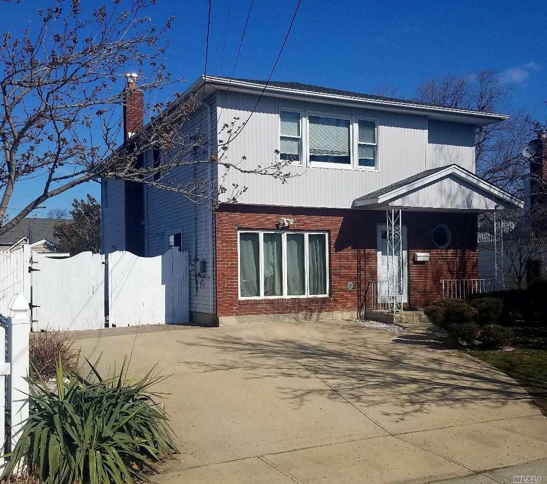 Photo of home for sale at 885 Hayes St, Baldwin Harbor NY